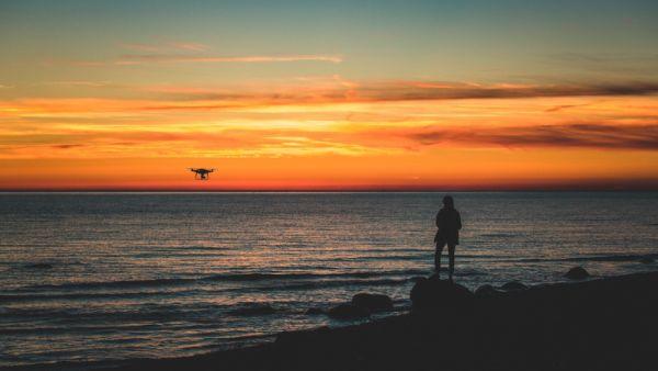 petit drone dans le ciel